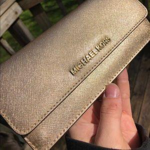 😍 Michael Kors New Jet Set travelers Gold Wallet